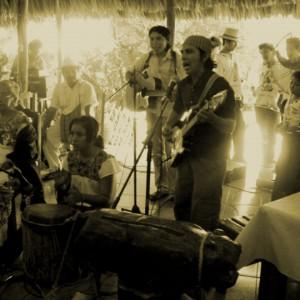 Fotografía de la banda Saatal Paax en 2009.